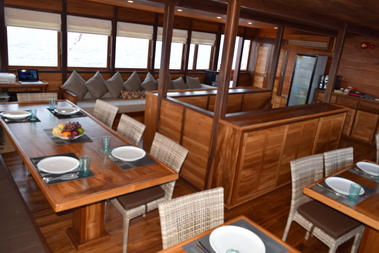 Samambaia_Liveaboard_dining_room_and_lounge