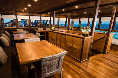 diving_trip_on_samambaia_liveaboard_lounge_resto
