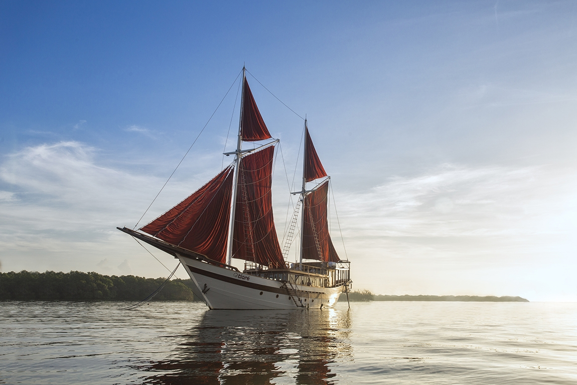 Tiare Liveaboard Goes East