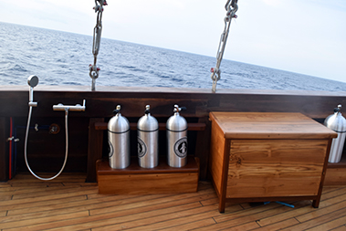 Samambaia_Liveaboard_amenities_for_divers_hot_showers_on_dive_deck