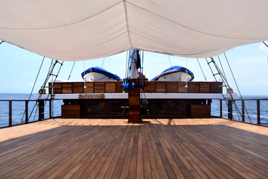 Samambaia_Liveaboard_upper_deck_and_tenders_for_supporting_dives