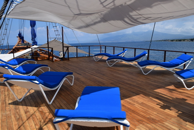 Samambaia_Liveaboard_sun_deck_for_relax_after_diving