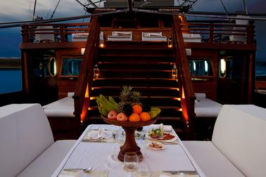 dining_al_fresco_in_samata_liveaboard