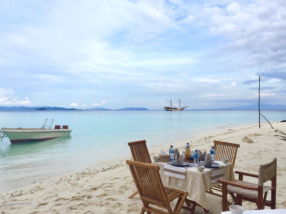 tiare_liveaboard_charters_lunch_by_the_beach.jpg