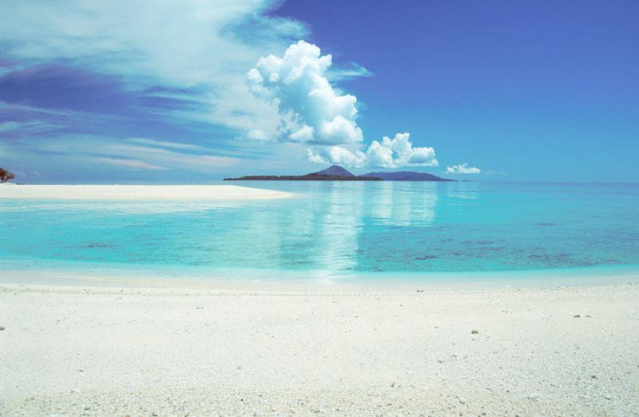 The inaccessibility of the Banda Islands has kept the dive sites in its original state and the beauty of its white sandy beaches
